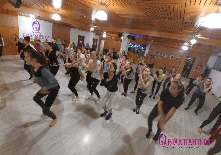 Танцюють всі 8